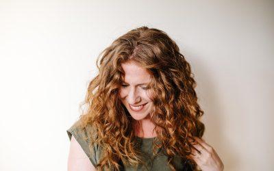 L'huile sur les cheveux bouclés : Avantages et méthodes d'application
